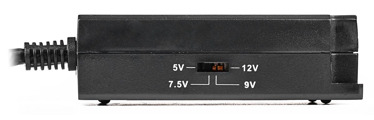 Z boku obudowy zasilacza PoE-100AF znajduje się switch umożliwiający wybór napięcia zasilania