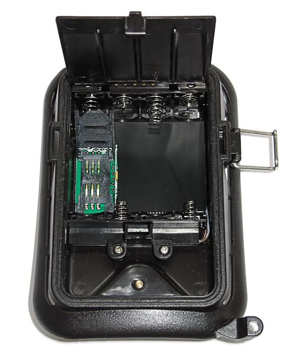 We wnętrzu fotopułapki SGN-5220M znajduje się miejsce na kartę SD i baterie zasilające