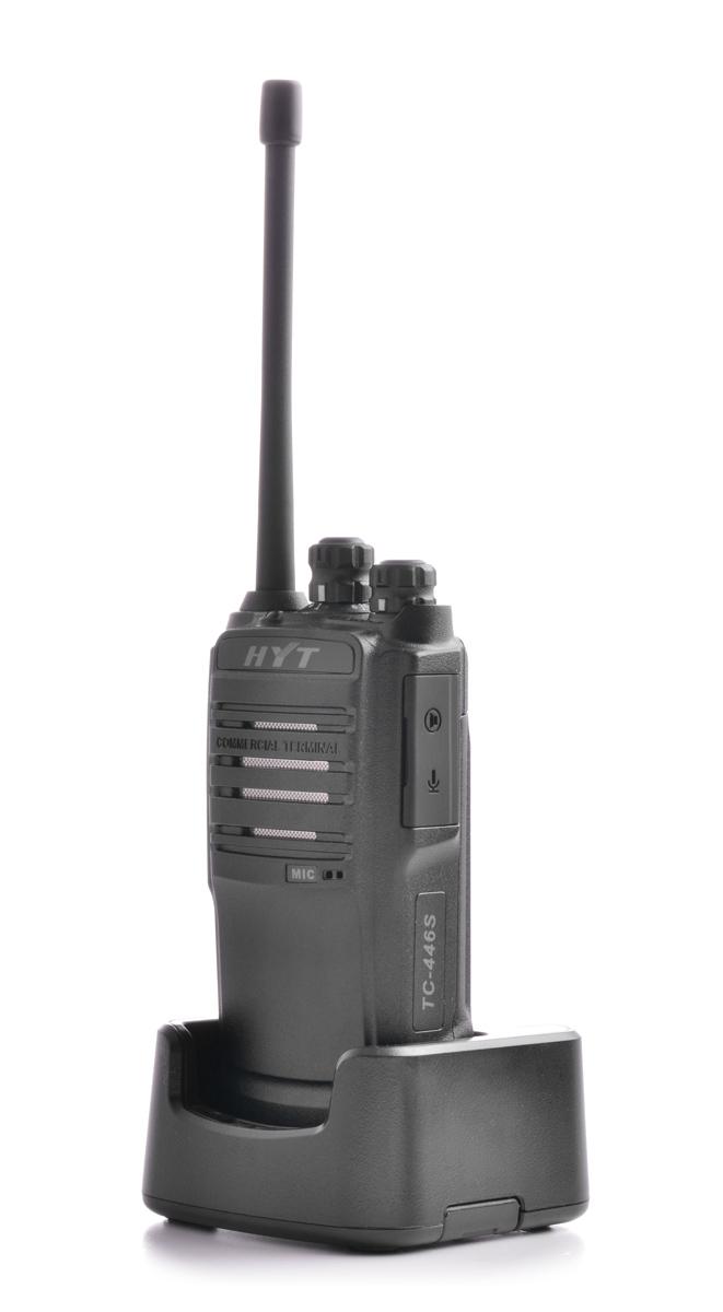 Radiotelefon HYT TC-446S umieszczony w podstawie ładującej