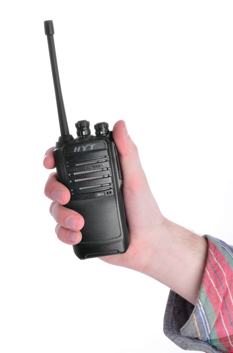 Dzięki ergonomicznemu kształtowi radiotelefon HYT TC-466S pewnie leży w dłoni