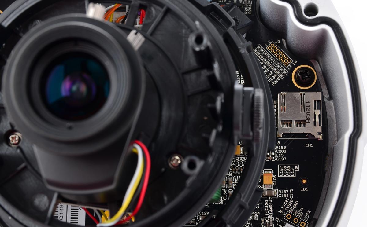 Gniazdo SD znajdujące się we wnętrzu kamery BCS-DMIP4300