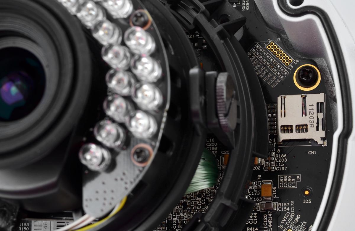 Gniazdo na kartę SD umieszczone we wnętrzu kamery BCS-DMIP4131IR