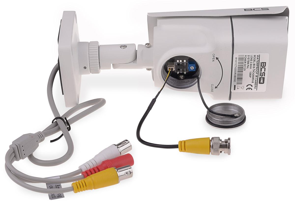 Kamera BCS-THC4200IR3-B z podłączonym kablem do testowania obrazu