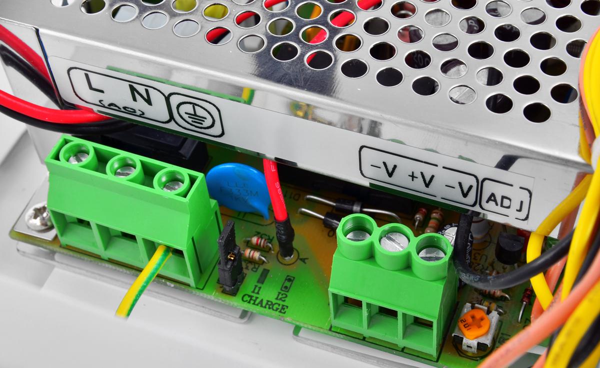 Zaciski kablowe w zasilaczu HPSB11A12C