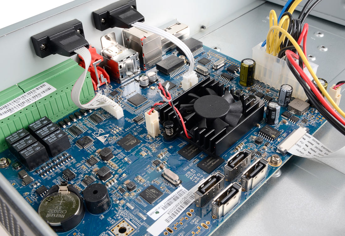 Wnętrze rejestratora BCS-NVR0804-4K