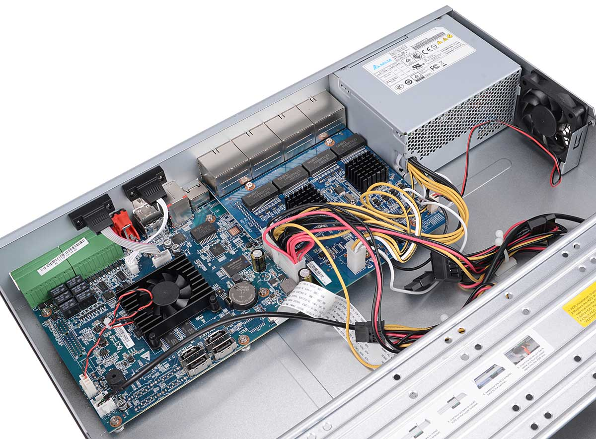 Wnętrze rejestratora BCS-NVR1604-4K-P-II