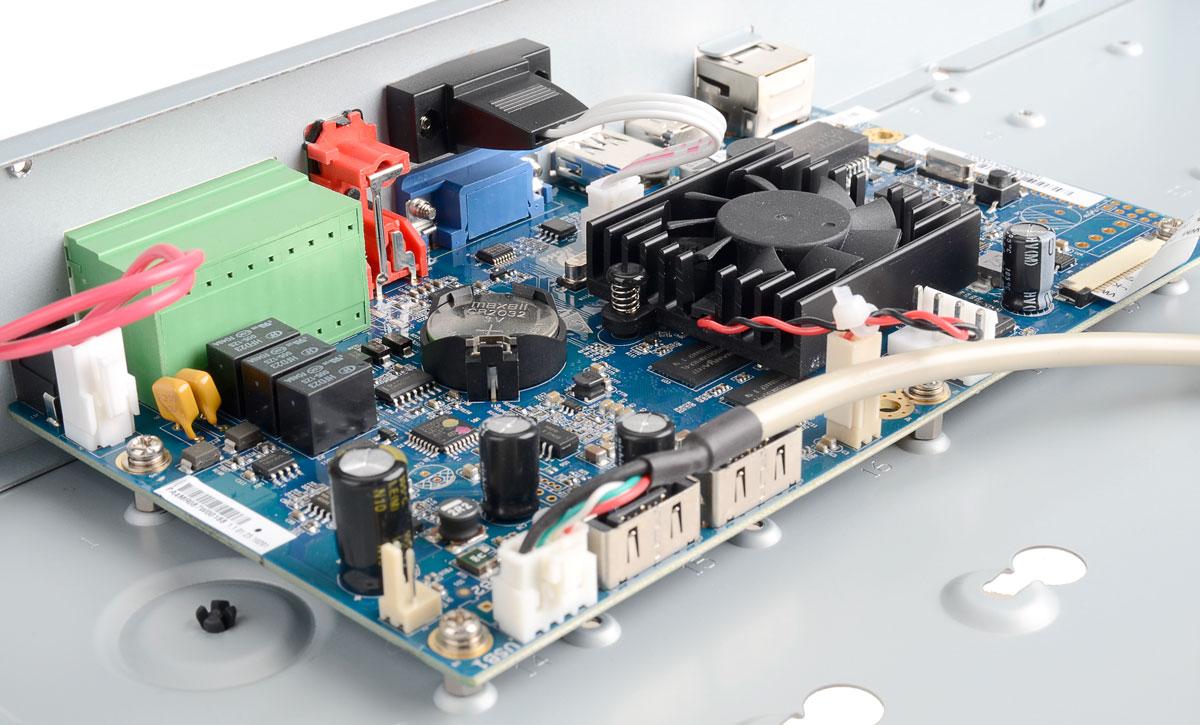 Wnętrze rejestratora BCS-NVR3202-4K