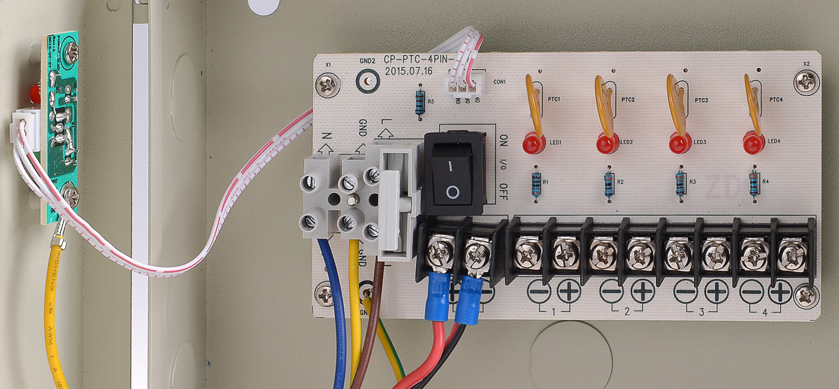 Płytka z bezpiecznikami w zasilaczu 12V/5A/4O/BOX