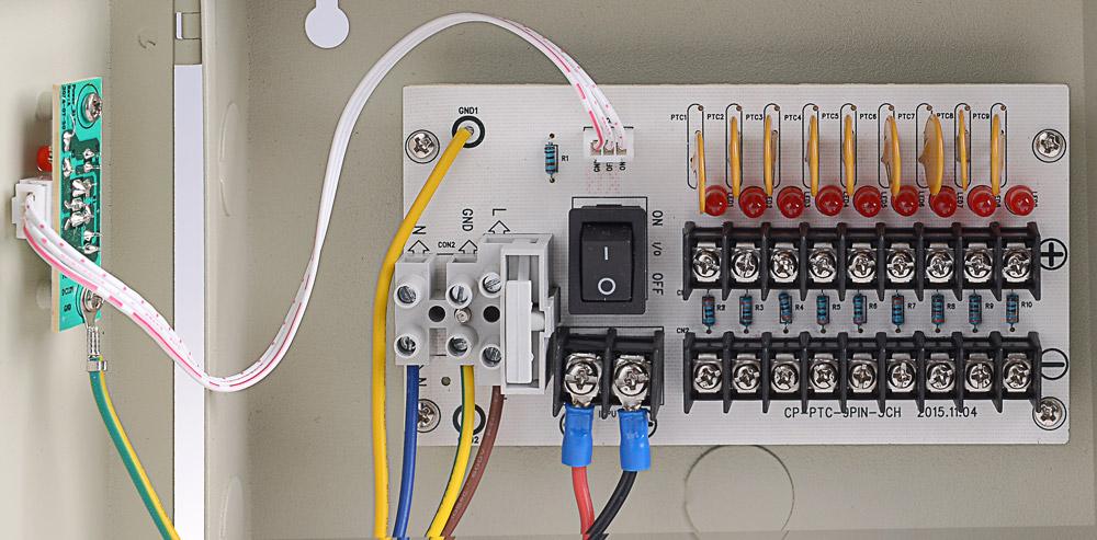 Płytka z bezpiecznikami w zasilaczu 12V/5A/9O/BOX