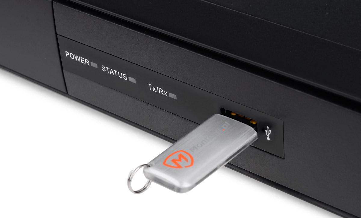 Port USB umieszczony na przednim panelu rejestratora DS-7204HGHI-SH