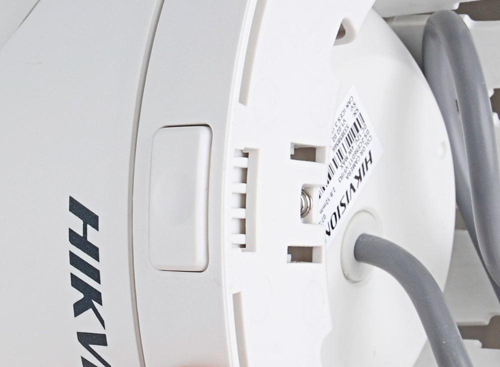 Przycisk umożliwiający łatwe zdjęcie obudowy kamery DS-2CE56D1T-VFIR3