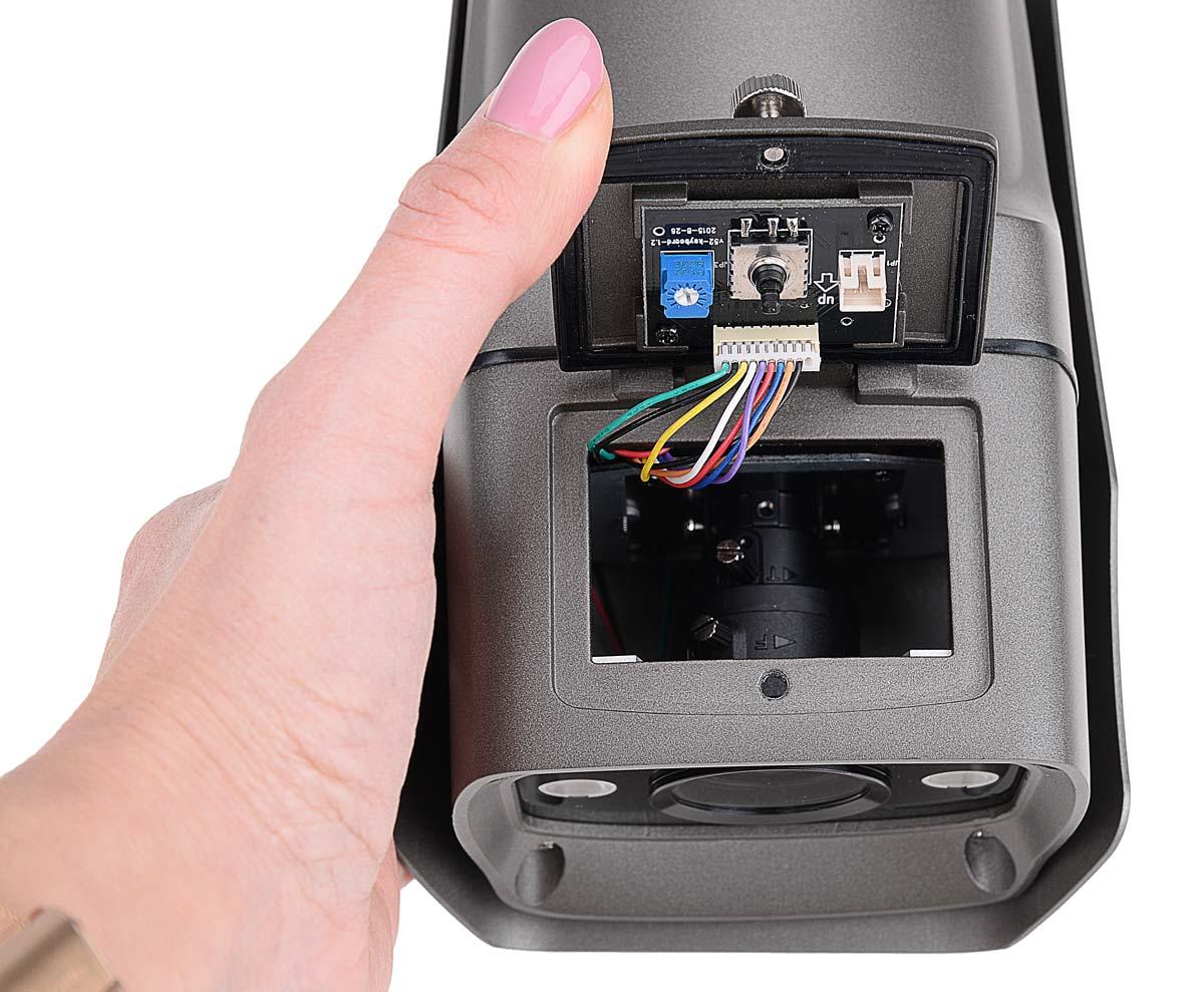 Regulacja ogniskowej i ostrości obiektywu kamery BCS-TQE7200IR3 jest realizowana przy pomocy pokręteł