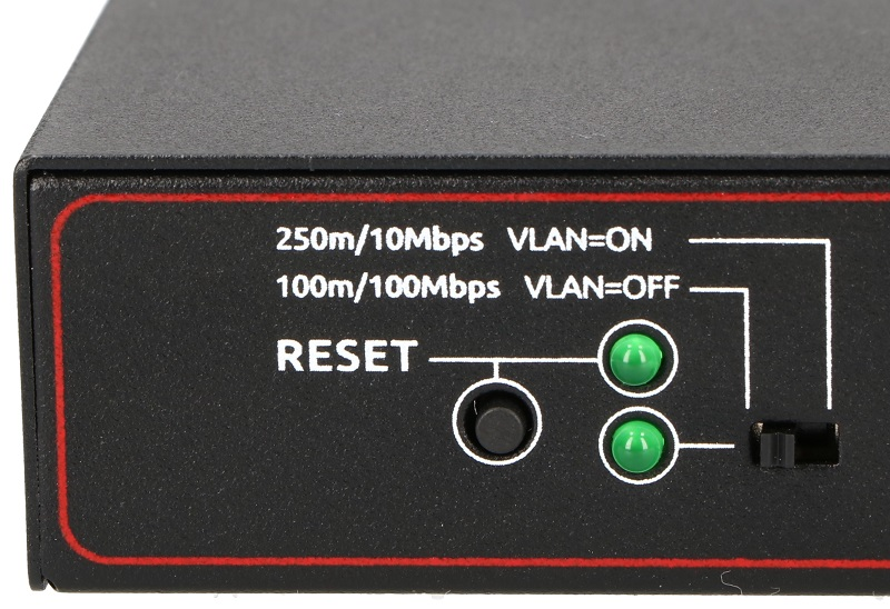 Przycisk reset i przełącznik zmieniający tryb pracy w switchu PIX-POE8AT-2FE